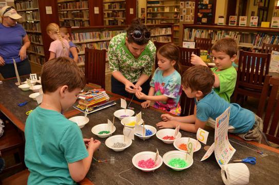 Kids making pi bracelets